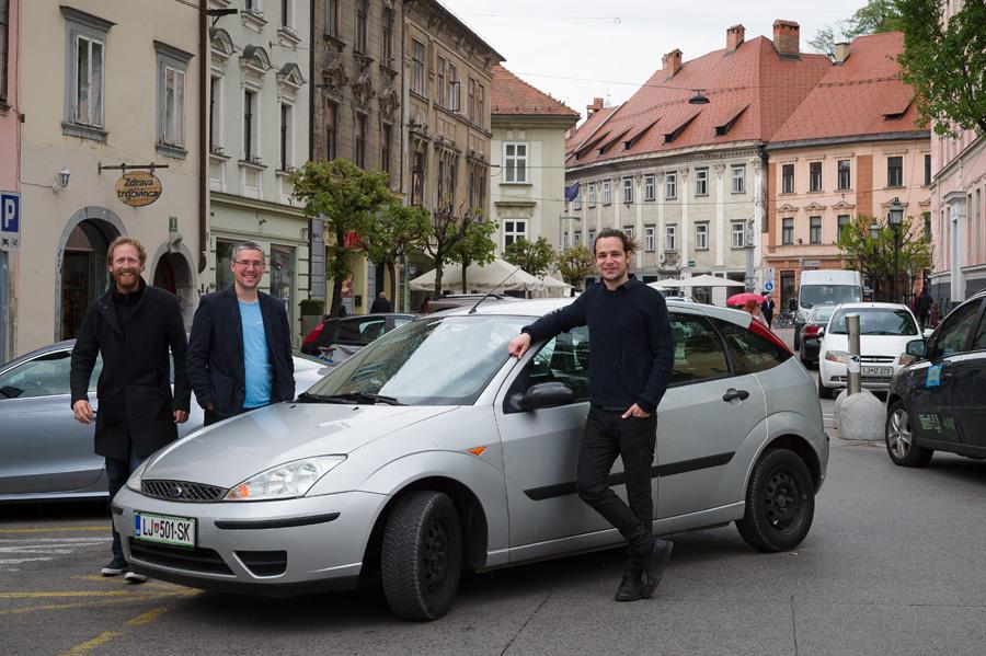 Kako lahko en avto razdelimo na tri dele?