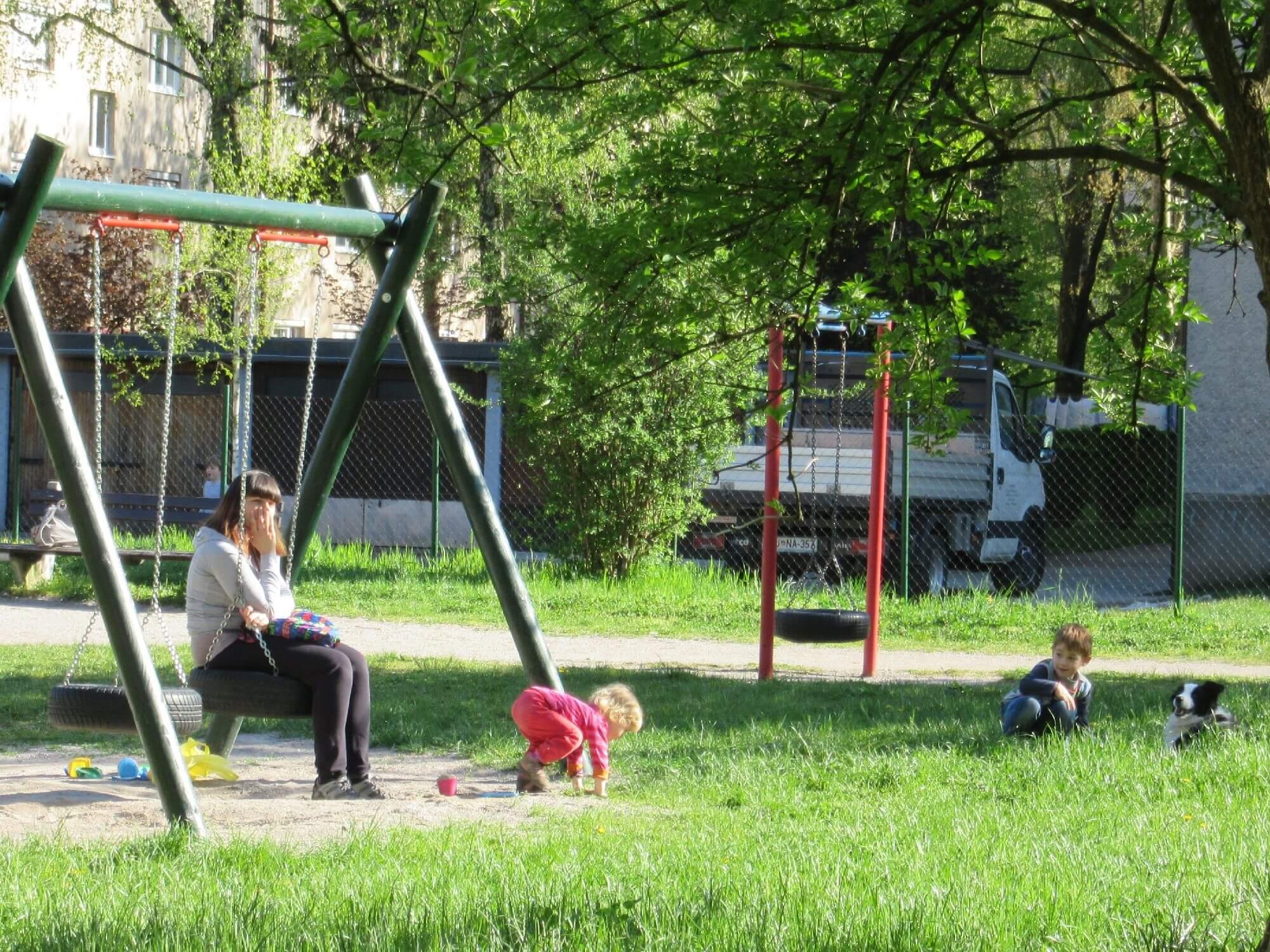 Proučitev možnosti za povečanje učinkovitosti urejanja otroških igrišč v MOL