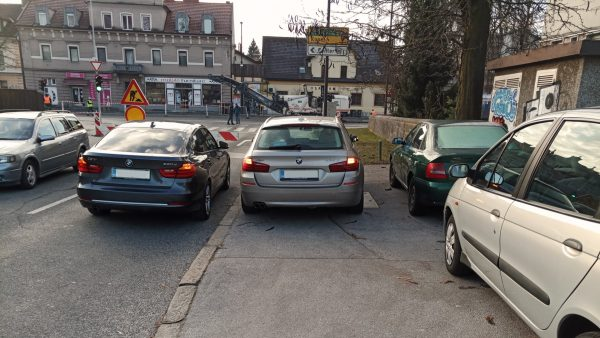 Končno dovoljeno kratkotrajno parkiranje na pločnikih